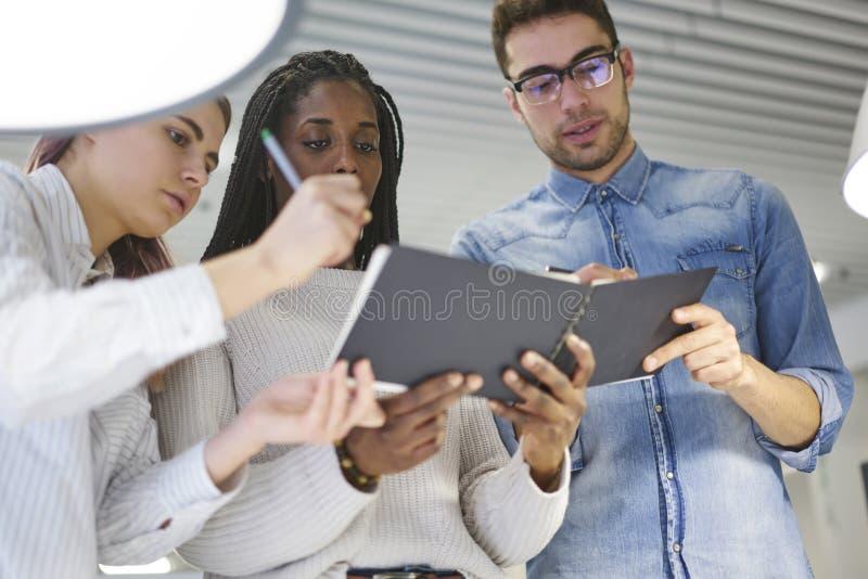 Équipe multinationale d'étudiants d'école de commerce images libres de droits