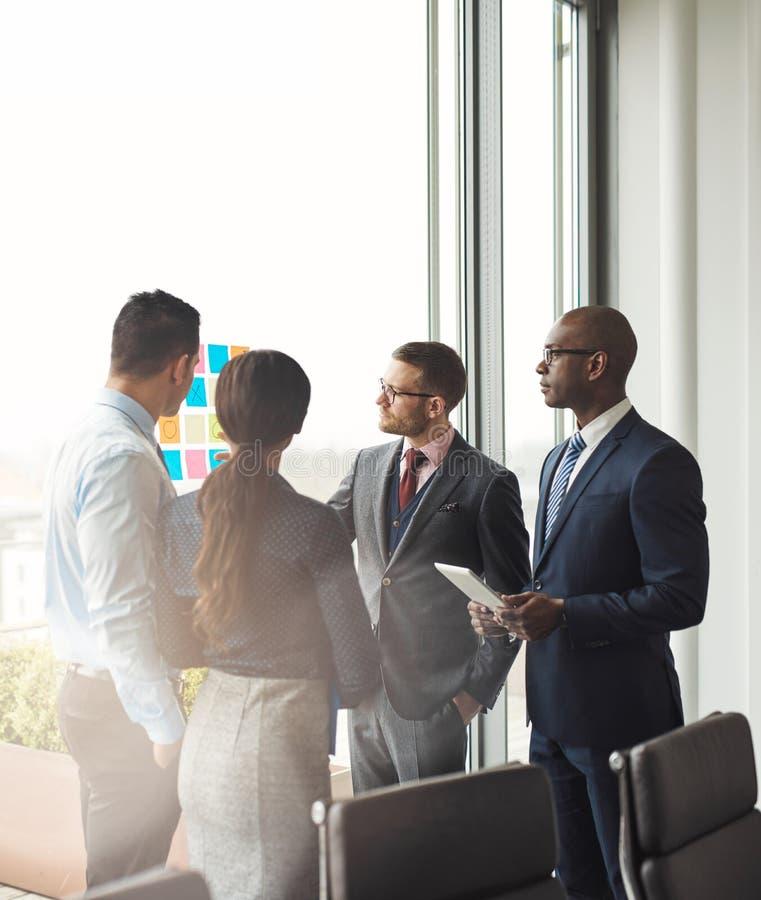 Équipe multiraciale d'affaires ayant une réunion photos libres de droits