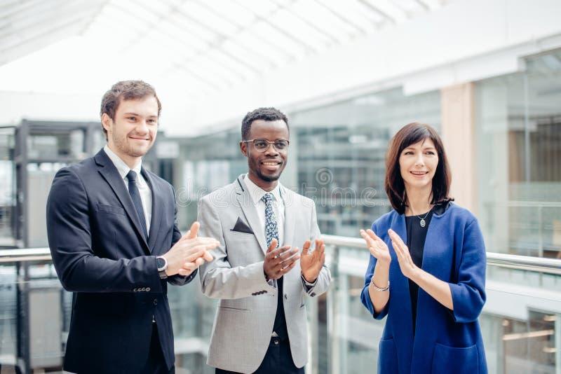 Équipe multiraciale d'affaires s'applaudissant pour le grand travail effectué photographie stock