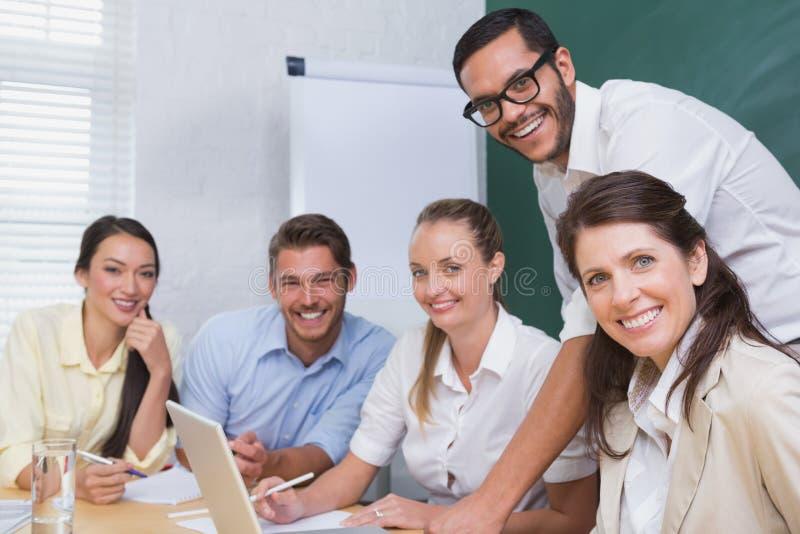 Équipe occasionnelle d'affaires ayant une réunion utilisant l'ordinateur portable images libres de droits
