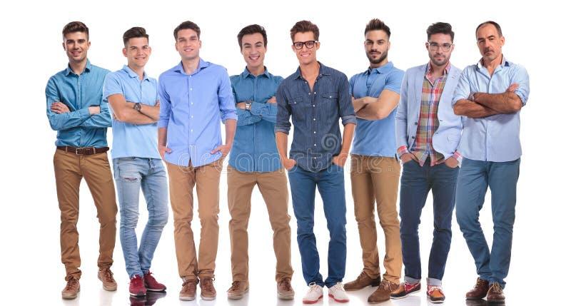 Équipe occasionnelle de huit hommes avec un membre expérimenté image libre de droits