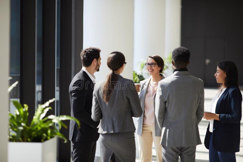 Équipe positive d'affaires discutant des idées photo stock