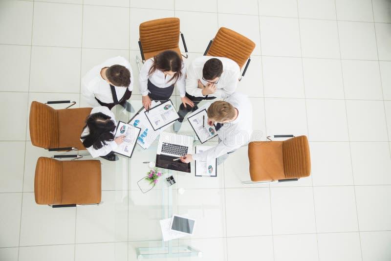 équipe professionnelle d'affaires développant une nouvelle stratégie financière de la société à un emplacement de travail dans un images stock