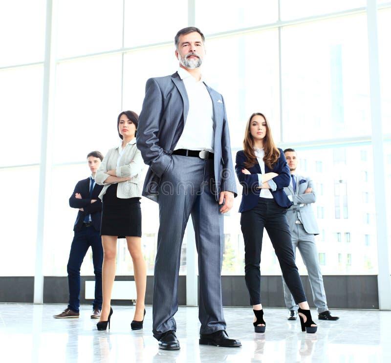 Équipe professionnelle d'affaires regardant avec confiance l'appareil-photo photos stock
