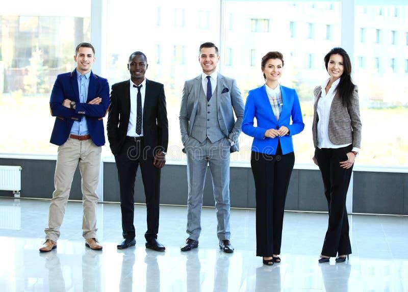 Équipe professionnelle d'affaires regardant avec confiance l'appareil-photo images libres de droits