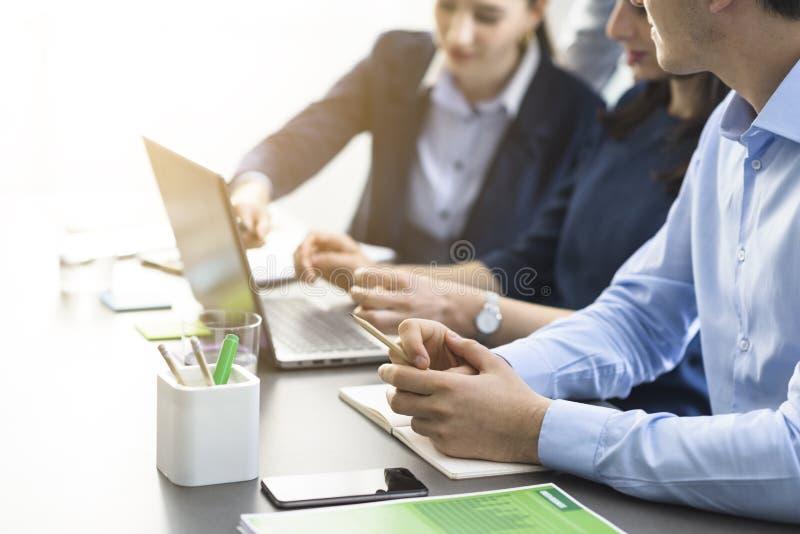 Équipe professionnelle d'affaires travaillant ensemble au bureau image stock