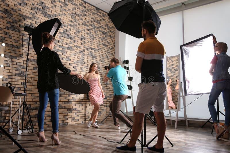 Équipe professionnelle travaillant avec le modèle photos stock