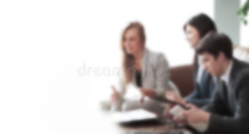 Équipe réussie d'affaires discutant de nouvelles idées dans la tache floue Le concept du travail d'?quipe images stock