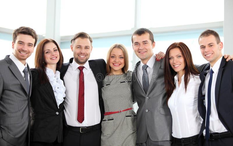 Équipe réussie d'affaires riant ensemble photos libres de droits
