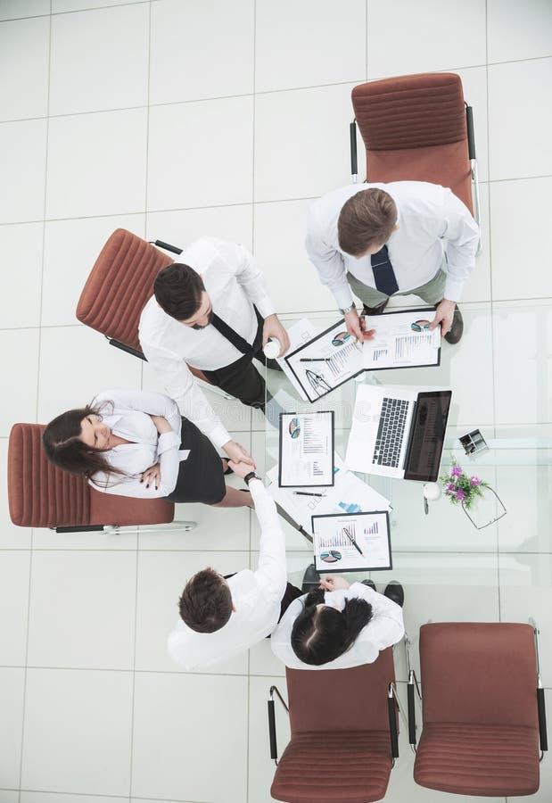 : équipe réussie d'affaires serrant la main à de nouveaux associés après la conclusion du contrat financier dedans photos stock