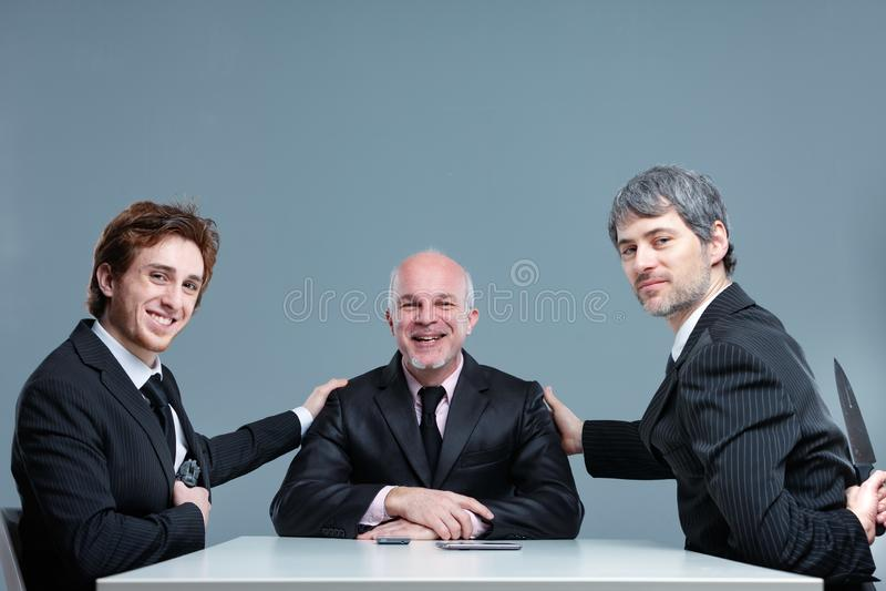 Équipe réussie de sourire d'affaires posant ensemble image stock