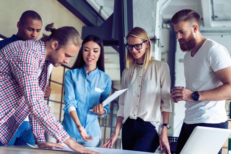 Équipe réussie Groupe de gens d'affaires travaillant et communiquant ensemble dans le bureau créatif photos libres de droits