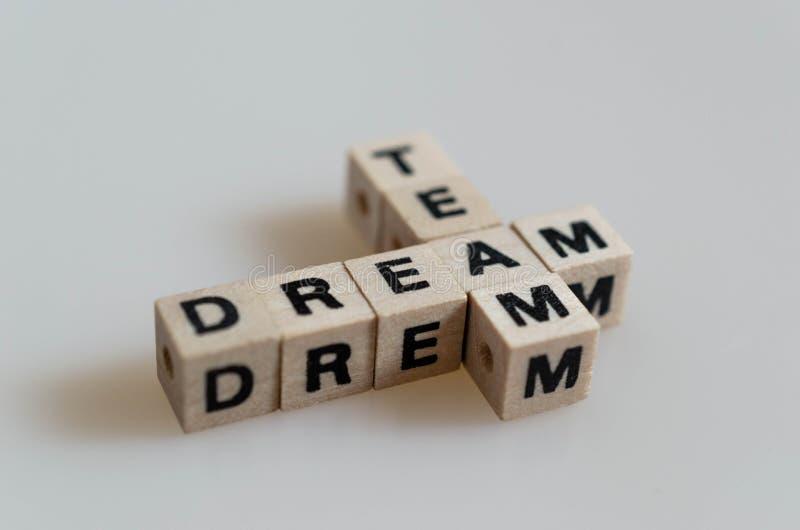 Équipe rêveuse écrite dans des lettres de cube images stock