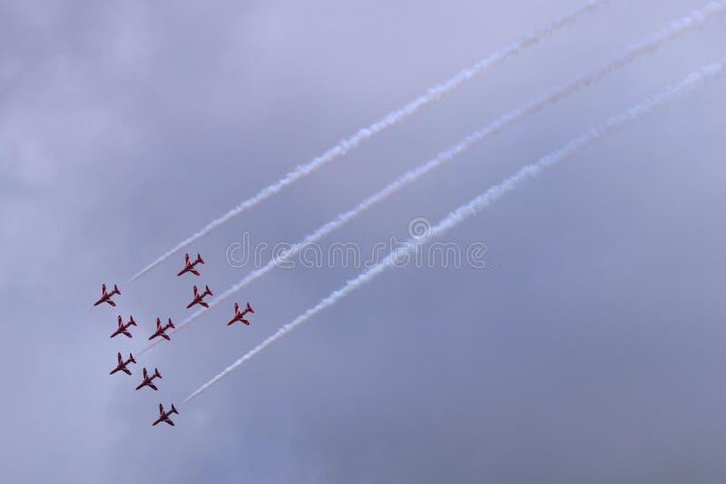 Équipe rouge de fête aérienne de flèches photographie stock libre de droits