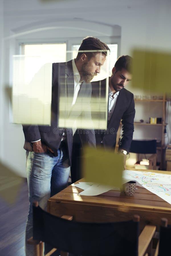 Équipe sûre d'ingénieurs travaillant ensemble dans un studio d'architecte images stock