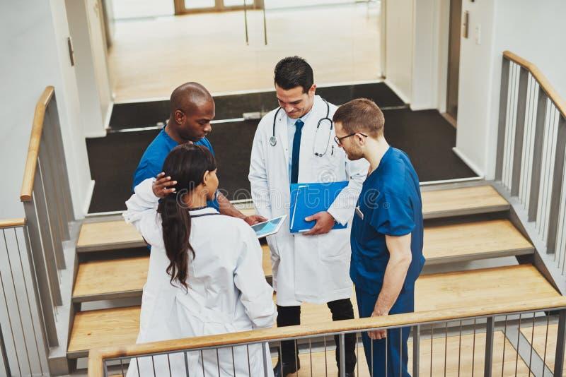 Équipe sûre de parler de médecins photo stock