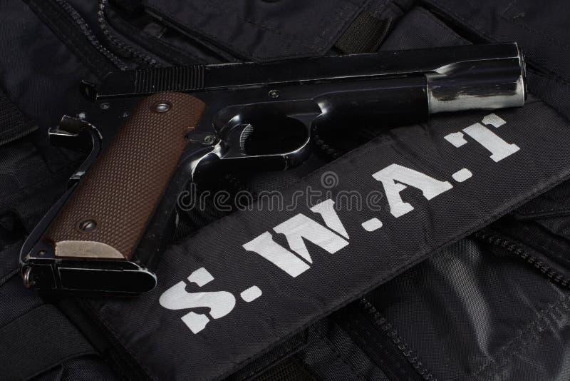 Équipe spéciale d'armes et de tactiques de la SWAT Munitions et équipements d'armes sur uniforme noir photographie stock