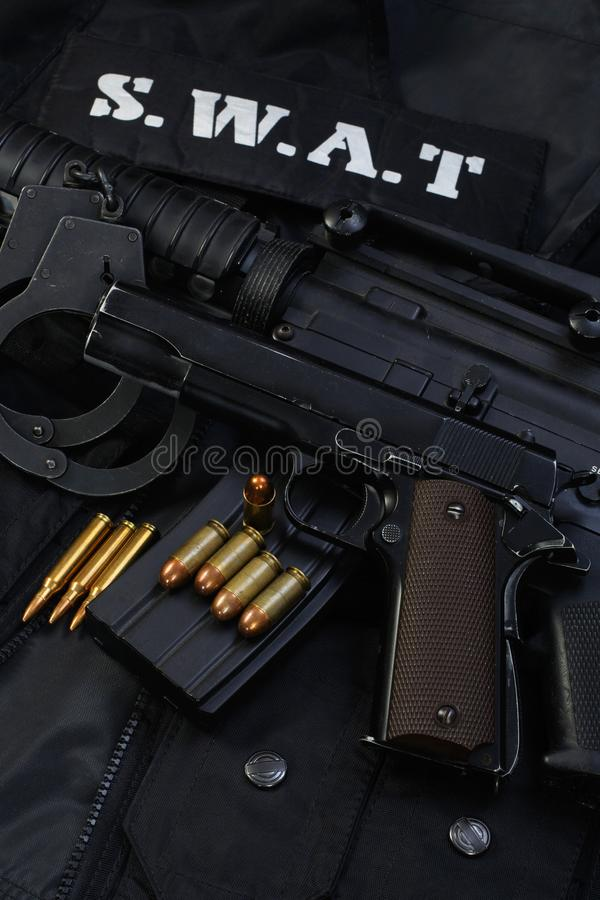 Équipe spéciale d'armes et de tactiques de la SWAT Munitions et équipements d'armes sur uniforme noir images stock