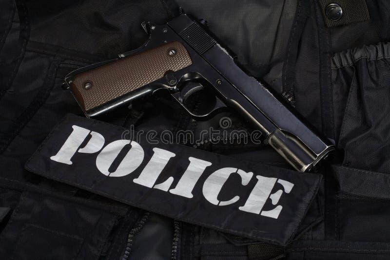 Équipe spéciale d'armes et de tactiques de la SWAT Munitions et équipements d'armes sur uniforme noir images libres de droits