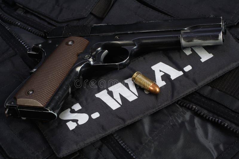 Équipe spéciale d'armes et de tactiques de la SWAT Munitions et équipements d'armes sur uniforme noir photographie stock libre de droits