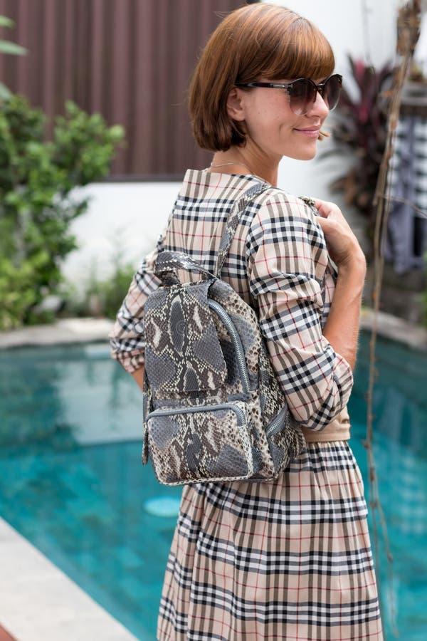 Équipement élégant Fermez-vous du sac à dos de luxe élégant de python de peau de serpent chez la main de la femme Concept femelle images libres de droits