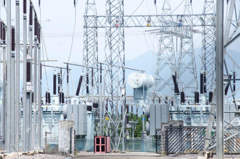 Équipement, câbles et tuyauterie comme trouvé à l'intérieur de la puissance industrielle photos stock
