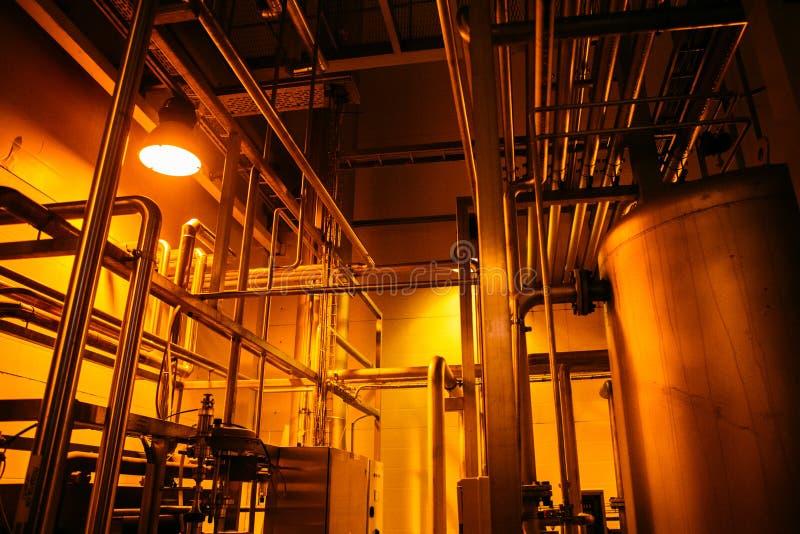 Équipement, câbles et tuyauterie dans l'usine image stock