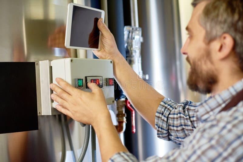 Équipement d'établissement de technicien de brassage à l'usine images stock