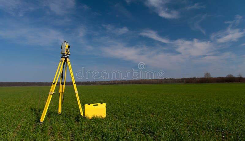 Équipement d'arpenteur sur un trépied dans le domaine photo libre de droits