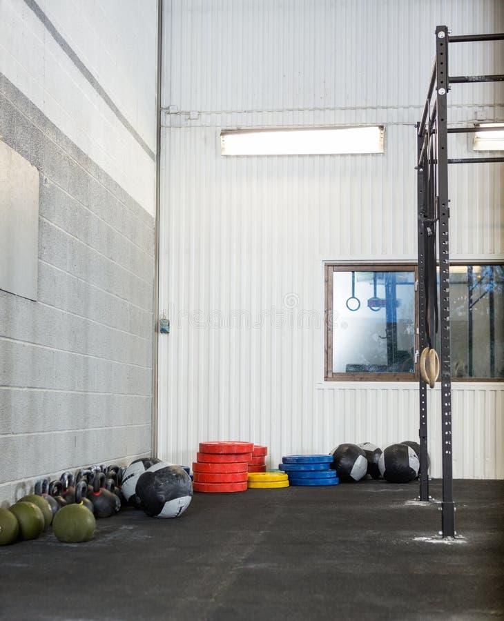 Équipement d'exercice au gymnase photo libre de droits
