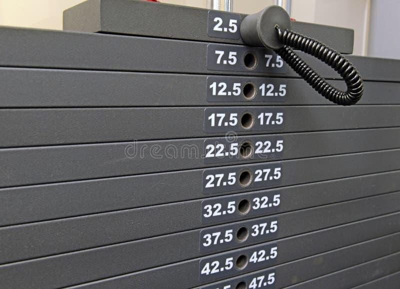Équipement d'exercice - support des plats de poids dans le gymnase image libre de droits