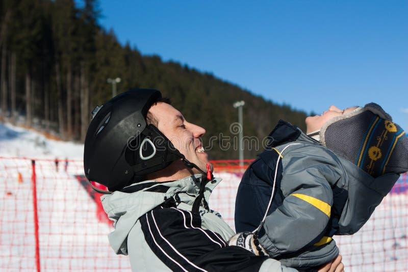 Équipement d'hiver de station de sports d'hiver d'activité d'amusement de famille photos stock