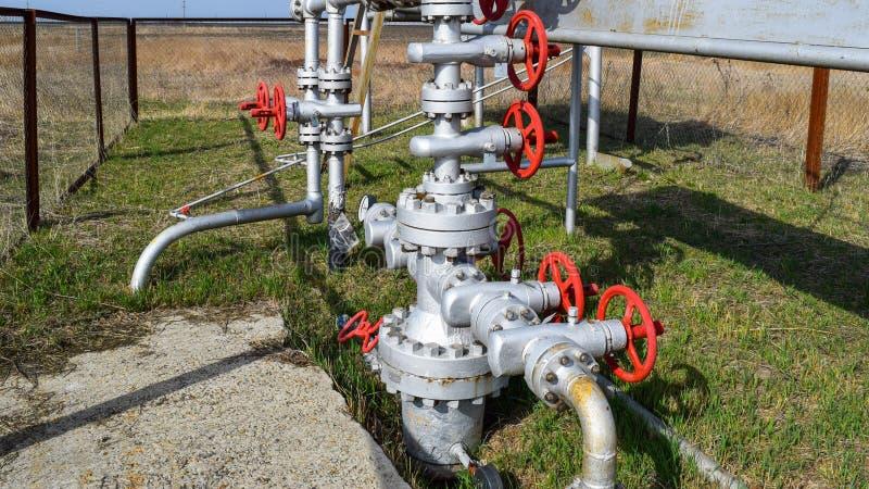Équipement d'un puits de pétrole Robinets d'isolement et équipement de service photo libre de droits