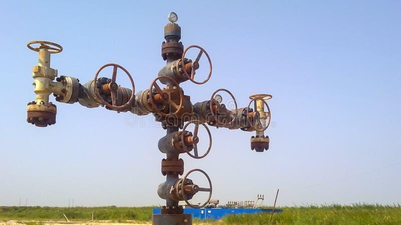 Équipement d'un puits de pétrole Valves coupées et service photographie stock libre de droits