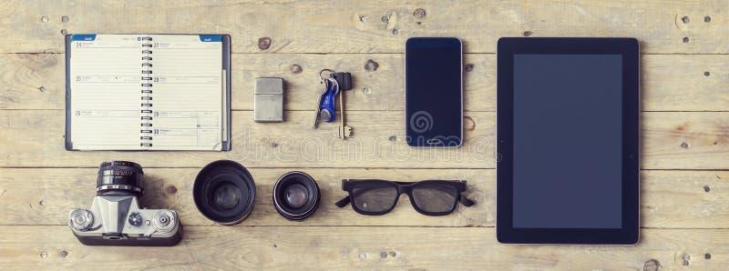 Équipement d'un voyageur élégant ou d'un journaliste indépendant Set des objets et de l'équipement différents images libres de droits