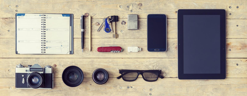 Équipement d'un voyageur élégant ou d'un journaliste indépendant Set des objets et de l'équipement différents image stock
