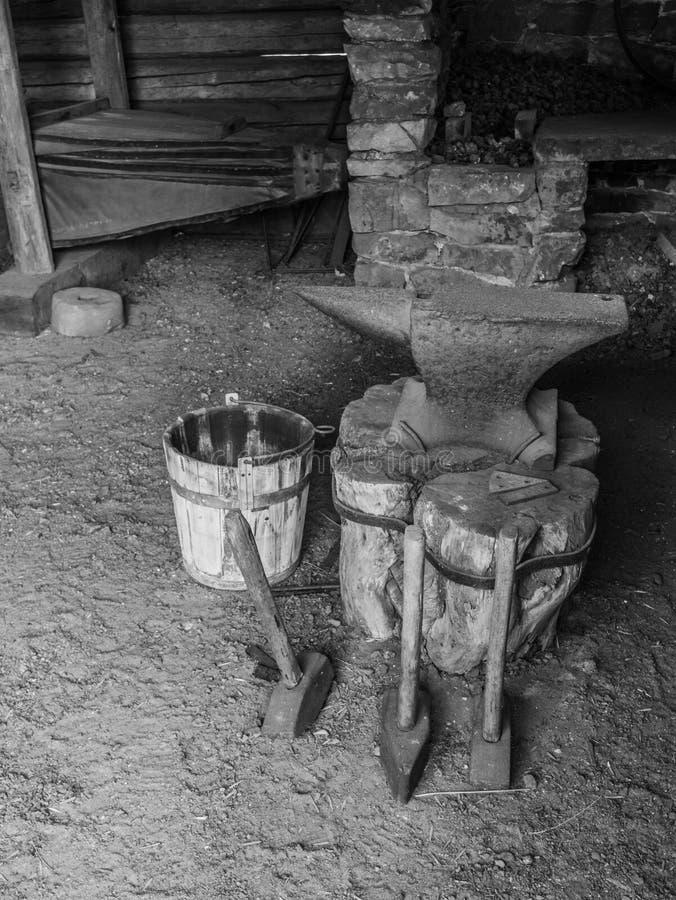 Équipement d'une vieille forge dans la campagne images libres de droits