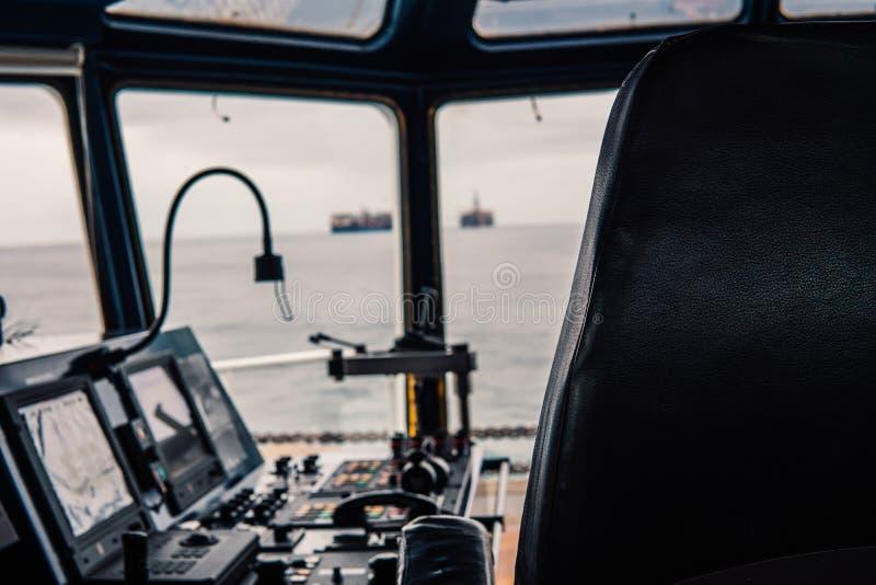 Équipement de bateau de pont le télégraphe manipule la radio à ondes métriques, dispositifs de navigation photographie stock libre de droits