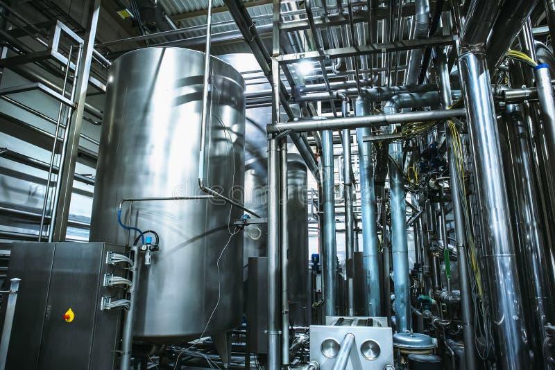 Équipement de brassage d'acier inoxydable : grands réservoirs ou réservoirs et tuyaux dans l'usine moderne de bière Production de photo stock