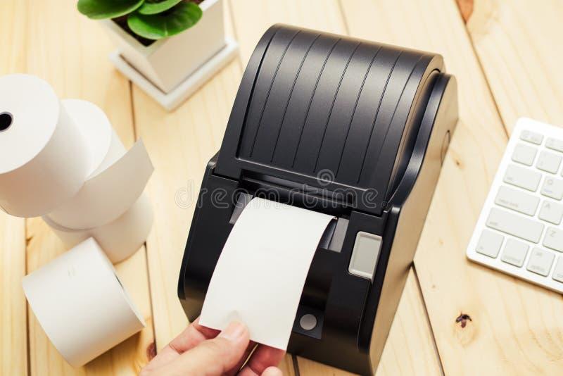 Équipement de bureau, imprimante de reçu de point de vente d'A imprimant un reçu photos libres de droits
