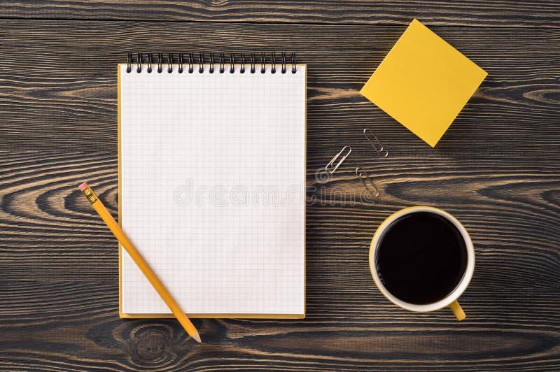 Équipement de bureau sur la table photo libre de droits