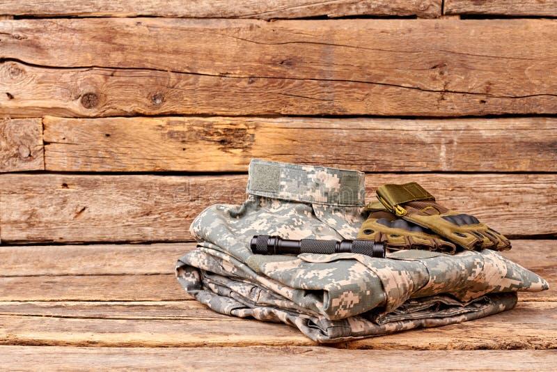 Équipement de camouflage de soldats avec les gants et la lampe-torche photo libre de droits