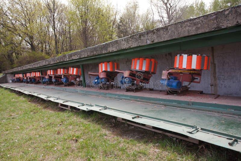 Équipement de champ de tir pour piloter des cibles - pigeons oranges photos stock