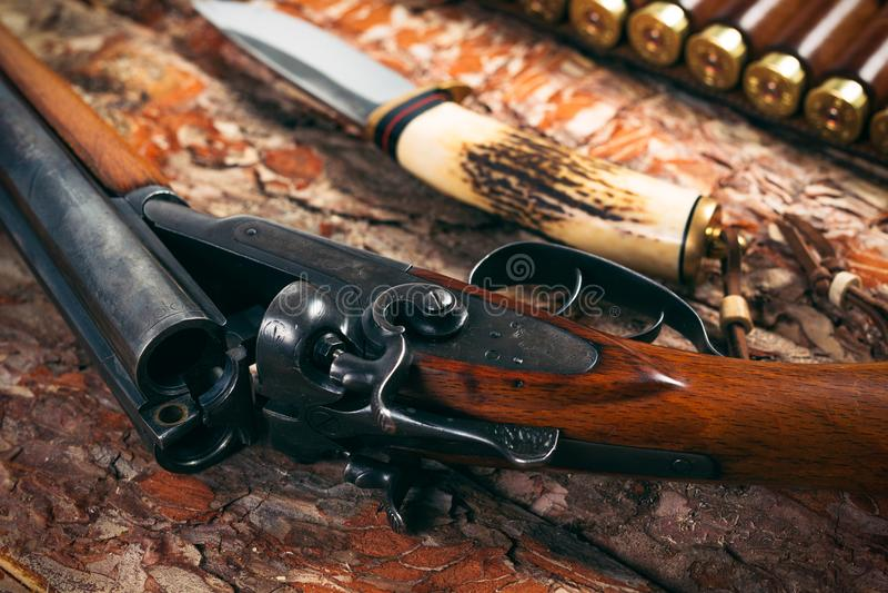 Quipement de chasse sur le vieux fond en bois photo stock - Equipement de chasse ...