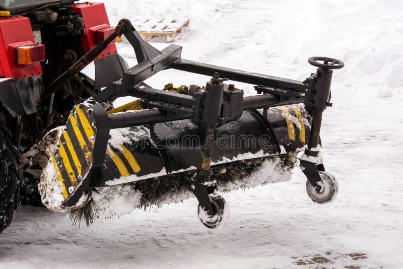 Équipement de déblaiement de neige dans le travail Nettoyage des rues de la neige avec un tracteur photographie stock libre de droits