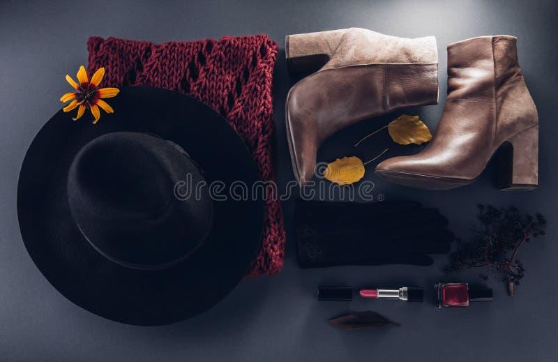 Équipement de femelle d'automne Ensemble de vêtements, de chaussures et d'accessoires image stock