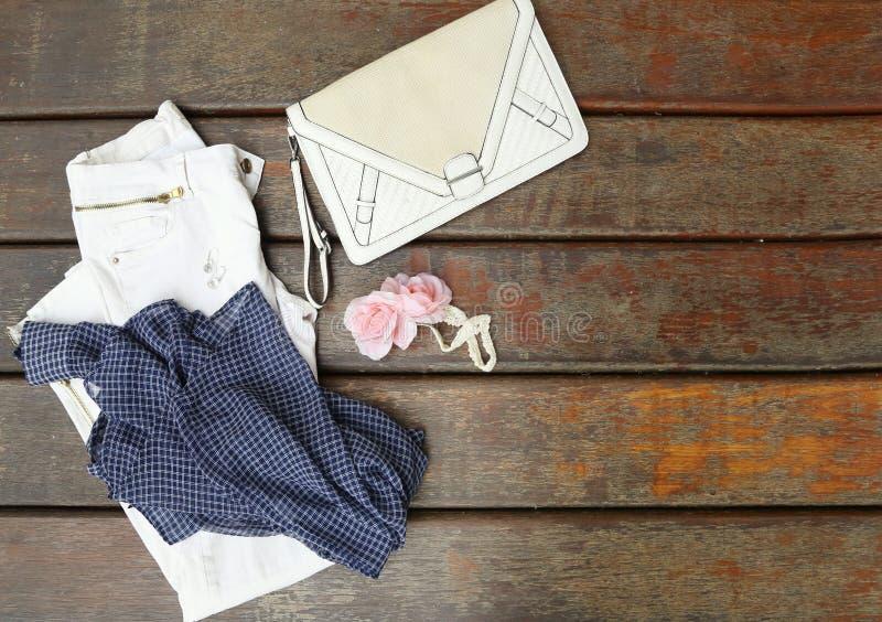 Équipement de femme bleue et blanche photos libres de droits