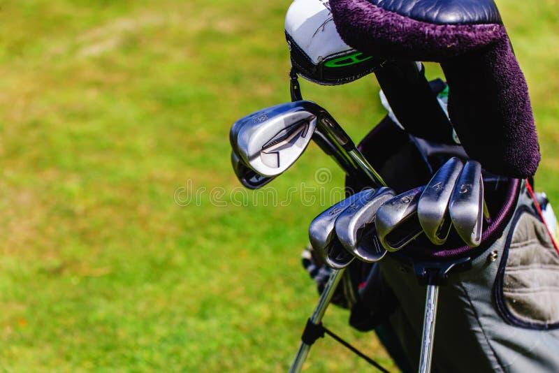 Équipement de golf sur le vert image stock