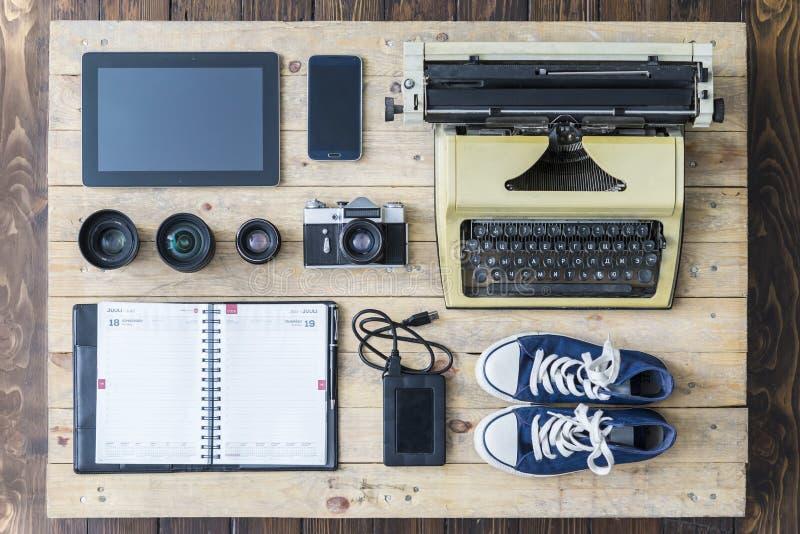 Équipement de journaliste sur un vieux plancher en bois photo stock
