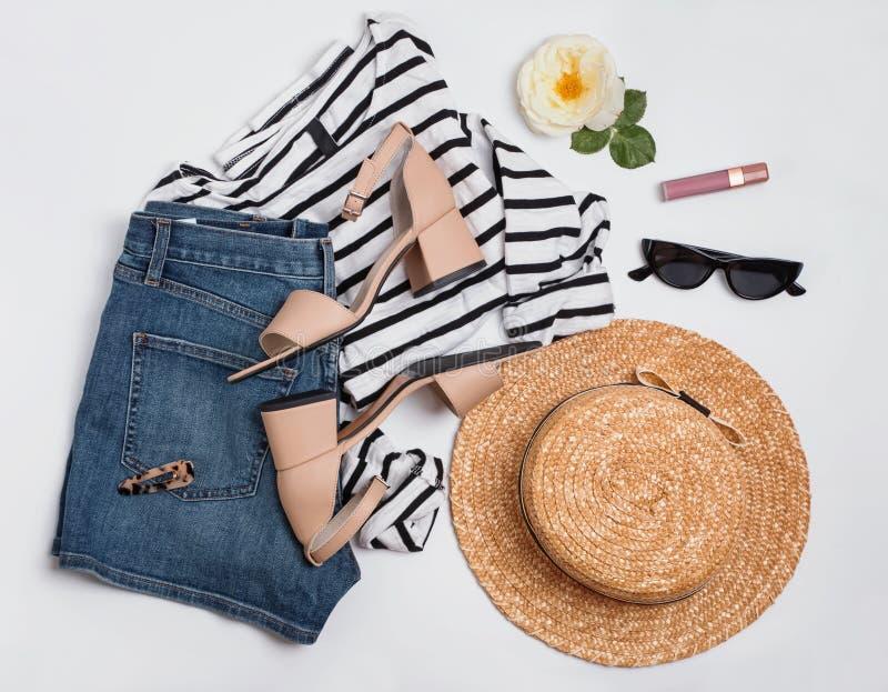 Équipement de l'été de la femme avec la chemise rayée, shorts de jeans, sandales beiges et autre images libres de droits